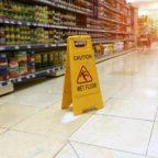 Infortunio o caduta in negozi, ristoranti e locali. Chi paga il risarcimento?