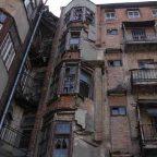 Caduta calcinacci da balconi del condominio: di chi è la responsabilità?