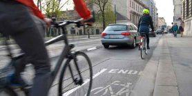a piedi in bici e in auto