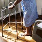 Anziano caduto in casa di riposo, di cura o RSA: il risarcimento danni