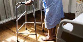 persona anziana a rischio di caduta