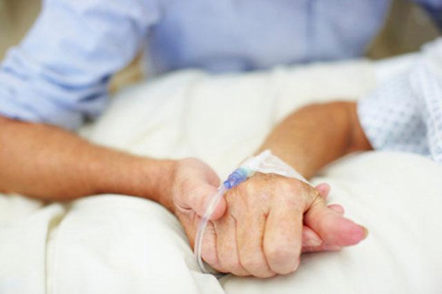 familiare conforta paziente danneggiato