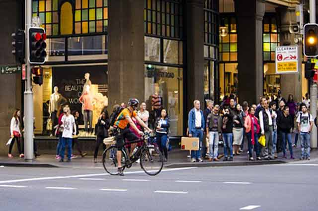 ciclista e pedoni